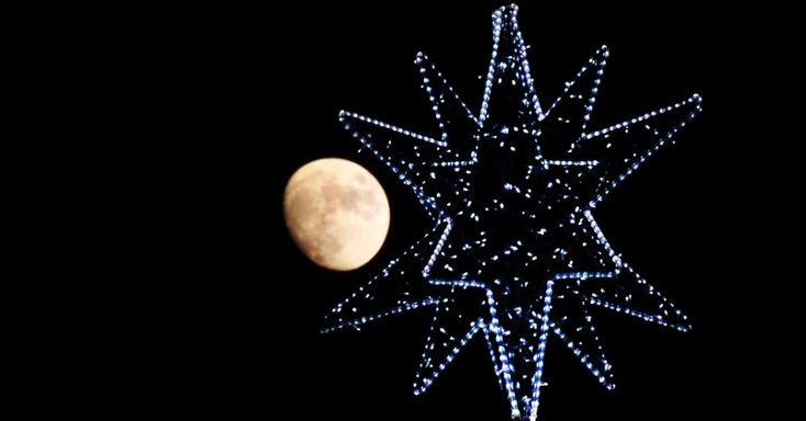 20151224 - Lua quase cheia ao fundo de árvore de Natal em Roma. Pela primeira vez desde 1977, haverá lua-cheia neste Natal. A próxima vez que isso irá ocorrer será somente em 2034. PICTURE: Tizziana Fabi/AFP