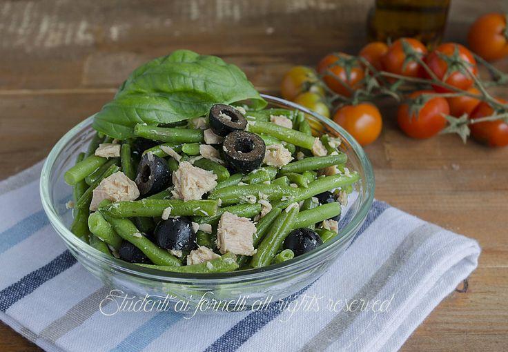 L'insalata di tonno con fagiolini e olive nere è un contorno ideale per l'estate, da preparare in anticipo e consumare fredda..