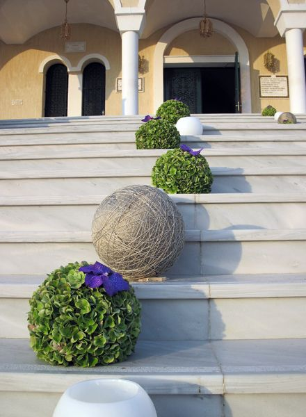 This is a geat idea for a garden party or steps to the church. Kokkinos