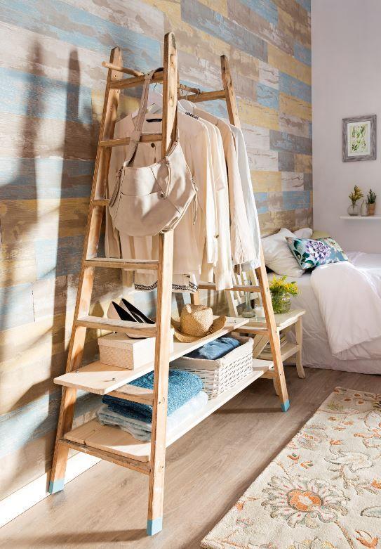 Recupera una vieja escalera y, con una barra y dos baldas de madera, compón un perchero. ¿Qué te parece esta idea?