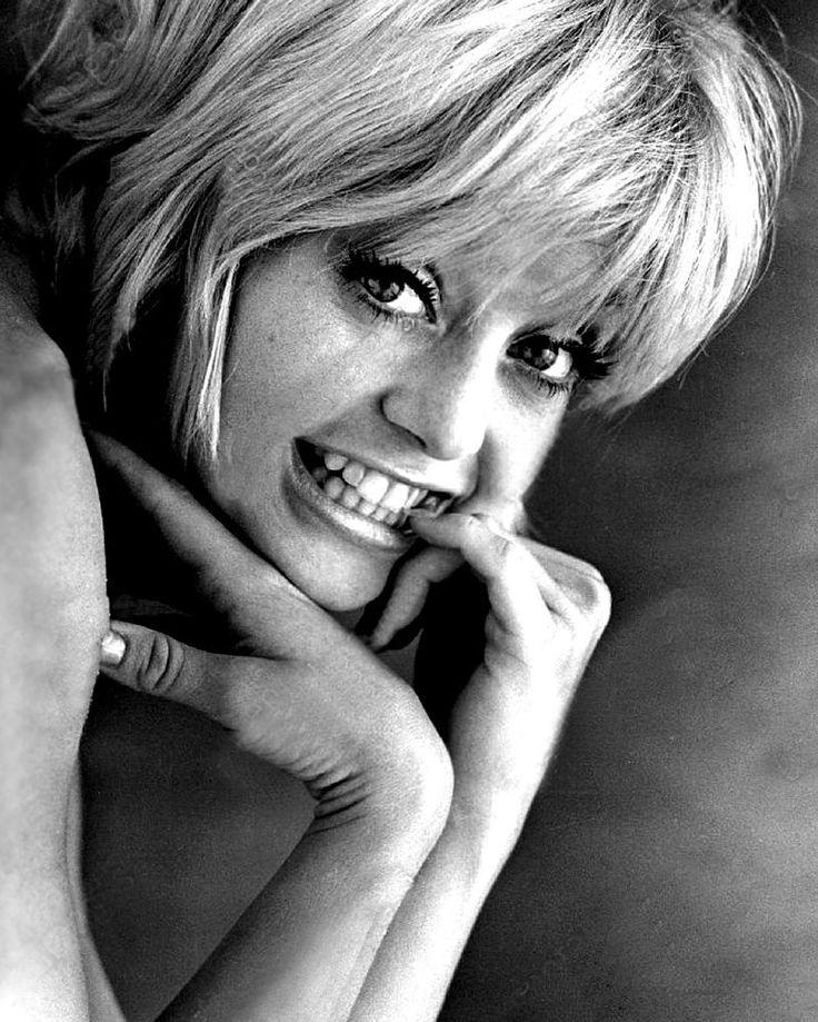 """Goldie Hawn -  Publicity photo for Cactus Flower (1969) Goldie Hawn Washingtonban született. Anyja, Laura Steinhoff, magyar származású zsidó; egy tánciskola és egy ékszerbolt tulajdonosa volt, aki a """"Goldie"""" nevet leányának az """"Aranka"""" név angol tükörfordításaként választotta. Apja, Edward, zenészként dolgozott, presbiteránus, és az amerikai függetlenségi nyilatkozat legfiatalabb aláírójának egyenes ági leszármazottja."""