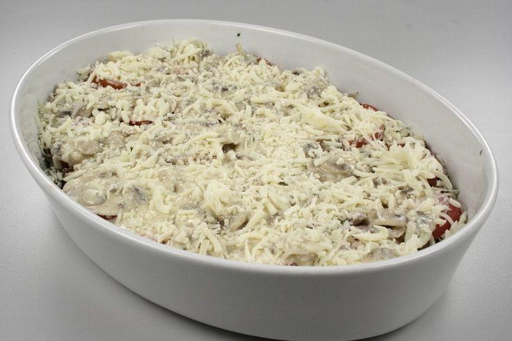 Tænd ovnen på 200 grader C. alm. ovn. <BR> <BR> Brun løg og kød samt hvidløg peber og salt. læg det i bunden af et ildfast fad. Læg skiver af tomat henover. <BR> <BR> Steg skiver af champignon på