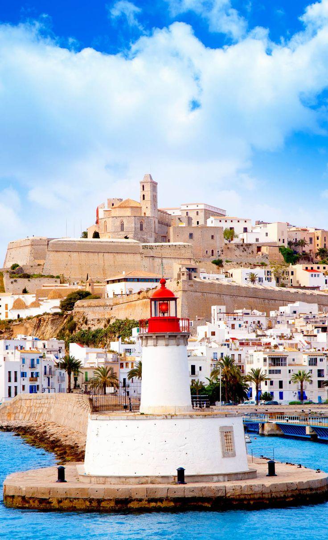 Eivissa (Ibiza, en castellano), un repleto pueblo con cafeterías, locales nocturnos y tiendas de moda, España