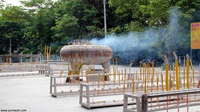 Incienso quemándose en el templo Po Lin.