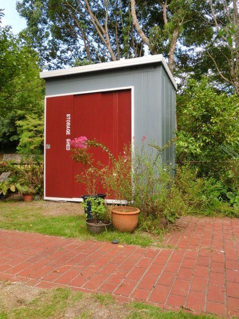 物置DIYでお庭の雰囲気をガラリと変えよう!簡単リメイク方法を大公開 ... サビもついてた物置をモダンな物置に!簡単塗装リメイク