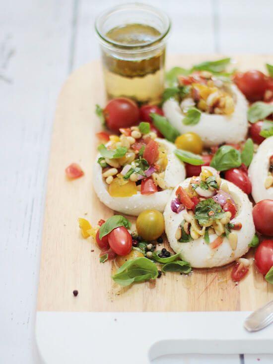 Bei so einem heißen Wetter im Sommer, kann man wirklich nicht viel essen. Da macht sich dieser gefüllte Mozzarella hervorragend als leichte Alternative!