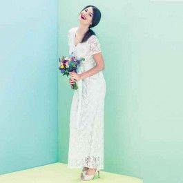 Deze trouwjurk is helemaal gemaakt van katoenen kant. Zo zie he er tiptop feestelijk uit of je trouwdag en zit de jurk ook nog eens heerlijk comfortabel.