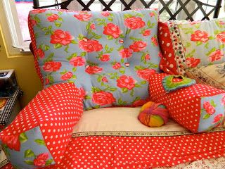un coussin avec des bras pour lire ou pour coudre au lit ou dans le canap cousettes. Black Bedroom Furniture Sets. Home Design Ideas