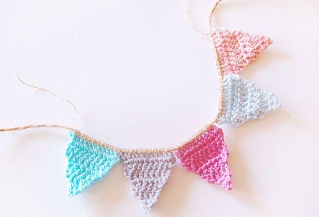 Free pattern for mini crochet bunting