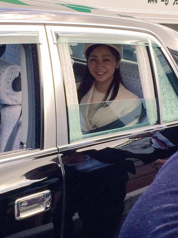 秋篠宮ご夫妻の次女・佳子さまは29日、21歳の誕生日を迎えられました。 午前10時前、佳子さまは天皇皇后両陛下に、誕生日のあいさつをするため、皇居を訪問された。   145135805775369435178 ちょうど1年前の12月29日、ティアラを身につけ、成年皇族の一員になられた佳子さま。 新春の歌会始などの宮中行事に初めて参加したほか、3月には、成年を迎えた報告をするため、伊勢神宮などを参拝された。 4月、佳子さまは「新しい学生生活を始められることに感謝しつつ、有意義に過ごしていきたいと思います」と話していた。  4月にICU(国際基督教大学)に入学し、大学生活が始まると、授業のない週末などを利用し、国内各地を訪問された。 また、手話を学び、聴覚障害者に関する、さまざまな行事にも出席された佳子さま。 鳥取・米子市で9月、佳子さまは「手話は言葉であり、大切なコミュニケーション手段の1つです」と述べられた。 成年皇族として、初めて尽くしの1年だったが、1つ1つの公務を着実にこなされた。 年明けも、元日から宮中行事に出席し、可能な範囲で公務に取り組まれる。