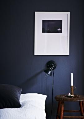 Wow! Vi drømmer om den her mørkeblå farve i soveværelset - måske bare på en enkelt væg... // Dark blue navy wall and crisp White sheets. We want this bedroom // Fra BO BEDRE