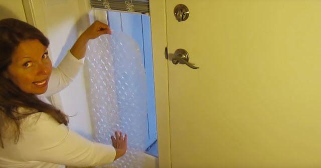 Pone plástico de burbujas en la ventana. La razón? Este truco te ahorrará un montón de dinero!   A quién no le gusta elplástico de burbujas? No sólo es bueno para que todas las compras hechas por Internet lleguen a casa en perfecto estado también es un maravilloso calmante para el estrés. Hacer estallar las burbujas es genial! No estoy del todo seguro de por qué pero estoy seguro de que hay una buena explicación científica para ello  Curiosamente el plástico de burbujas fue inventado…