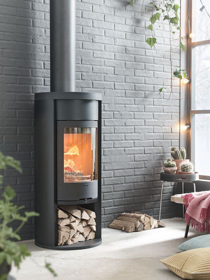 Contura 620 Style with heat retaining powerstone. This means that you get even more heat out of your logs because the heat is retained in the stone.#heatretainingstove #logburner #brickwall #lightstrand #logs #concretefloor #chimney #contura600 #conturastyle