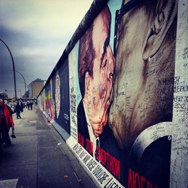 Típica imagen del East Side Gallery de Berlín