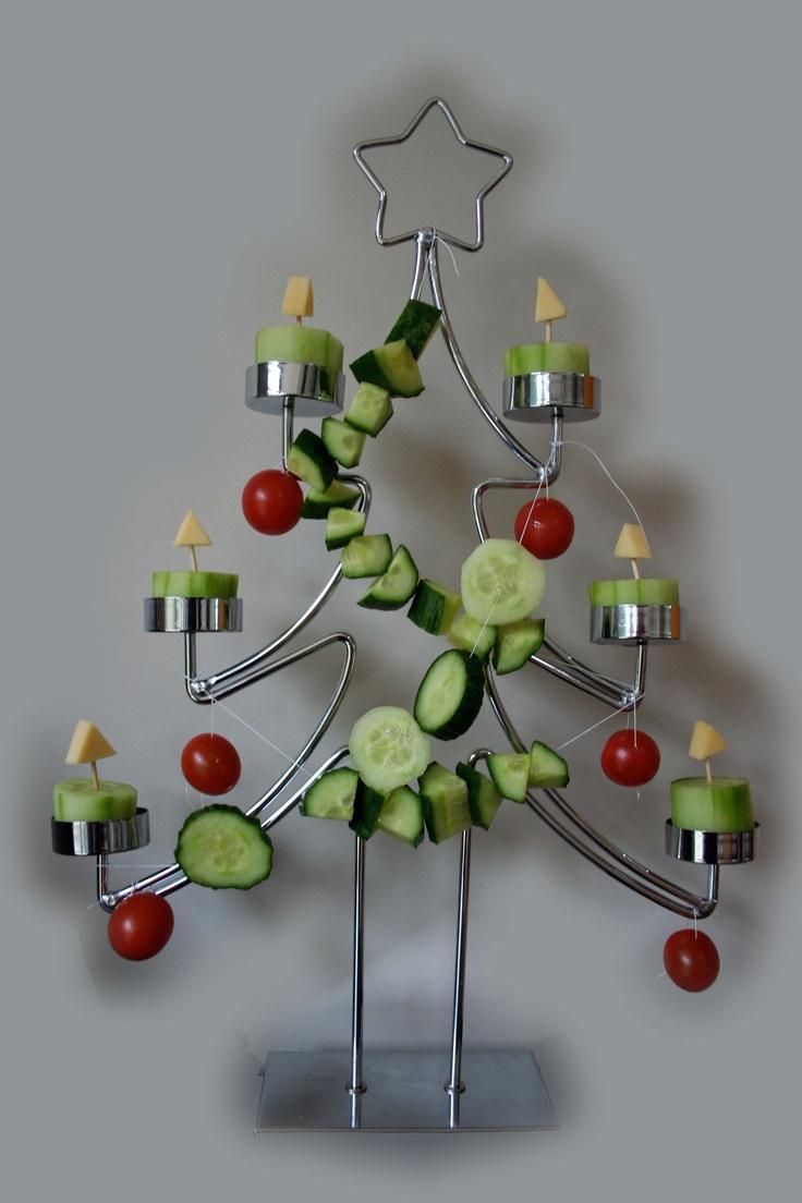 Kindertraktatie kerst, kerstboom met komkommerkaarsen, komkommerslinger en cherrytomaatjes.