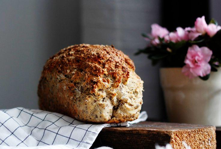 Razowy domowy chleb z nasionami chia: prosty przepis już na blogu: http://parafrazy.pl/razowy-chleb-z-nasionami-chia/