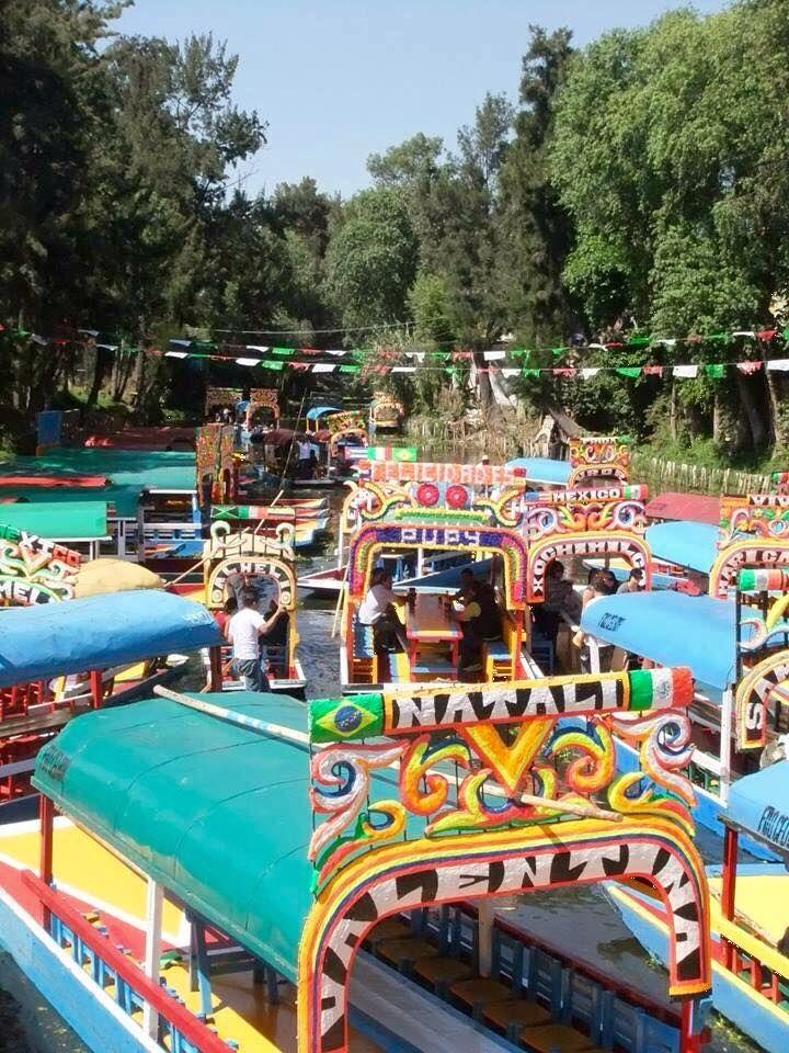 -Xochimilco (Cd. de Mèxico)  Xochimilco, lugar de magia y encanto, flores y agua, chinampas y trajineras. Xochimilco, que significa Lugar de la cementera florida, es Patrimonio Cultural de la Humanidad y de los mexicanos, punto de encuentro del pasado con el presente, la cultura y la tradición.