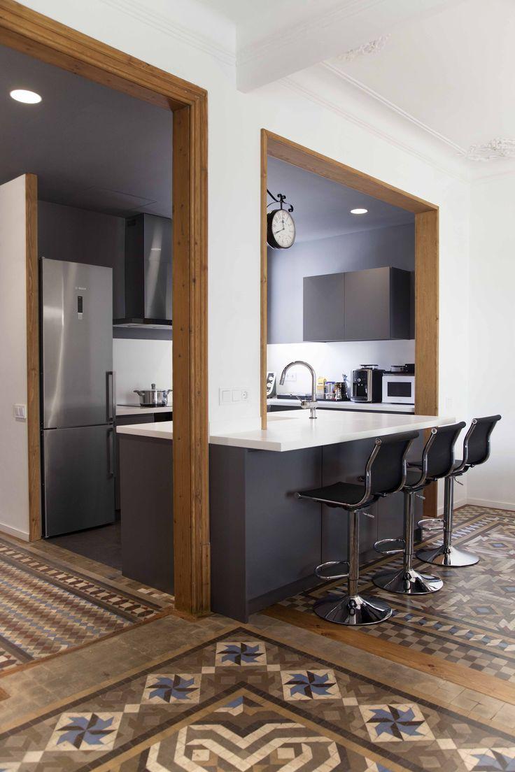 #Cocina #moderno #decoracion via @planreforma #muebles de exterior #barras de cocina #taburetes #baldosas #electrodomesticosdiseñado por Elena del Pozo Fernández - Arquitecto