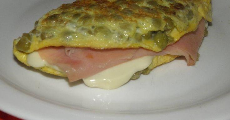 Fabulosa receta para Omelette de arvejas con jamón y queso. Riquísimo, rápido, fácil. Nos saca de cualquier apuro. Se puede hacer con arvejas frescas cocidas, en lata o congeladas. Tambien se pueden reemplazar por otras legumbres como lentejas, garbanzos, porotos.