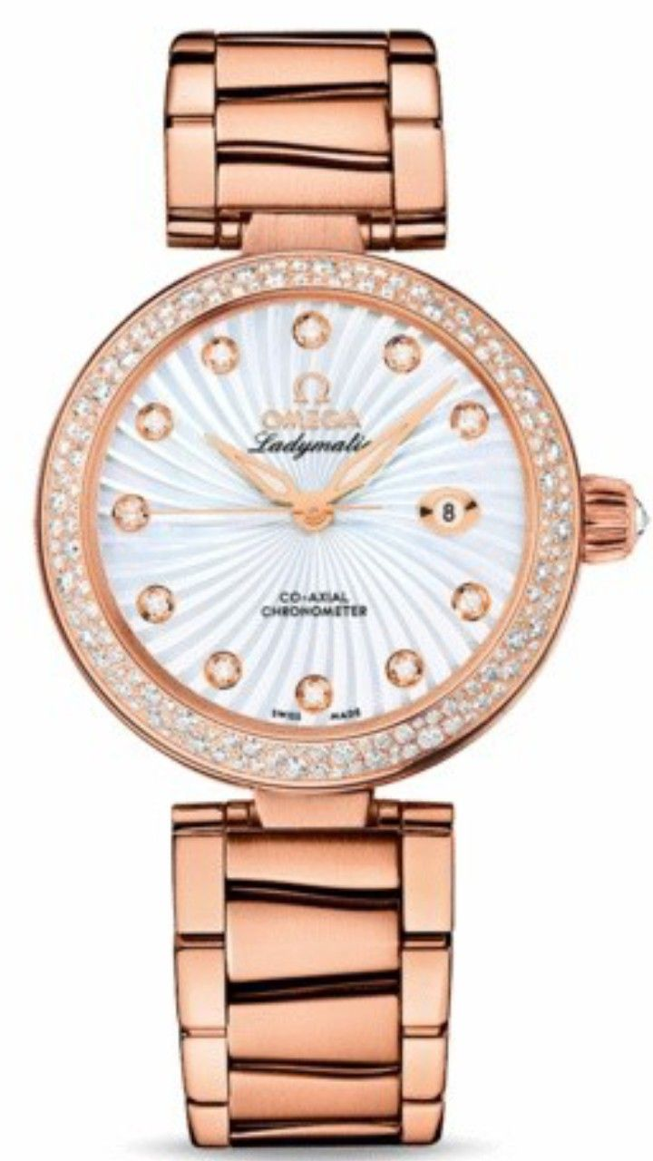 This OMEGA De Ville Ladymatic Co-Axial -425.65.34.20.55.003- features a white Mother-of-Pearl dial marked with Diamond-set indexes and decorated in a supernova pattern with a date window at 3 o'clock position. The bezel, covered with Diamonds arranged in a snow-set pattern, is mounted on a 34 mm 18K red Gold case on an 18K red Gold bracelet. A wave-patterned Gold ring set with Diamonds and a white Ceramic inner casebody decorates the side of the case. •37.000,00 €