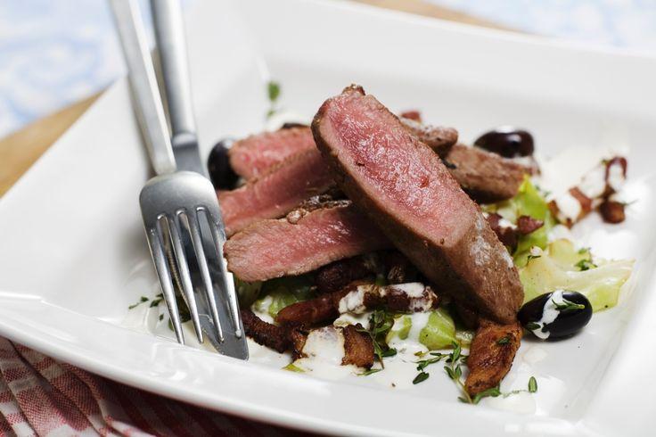 Stekt lammfilé med bräserad färsk kål, backtimjan och rostad vitlökscrème. Lamm och vitlök är en bra kombination!