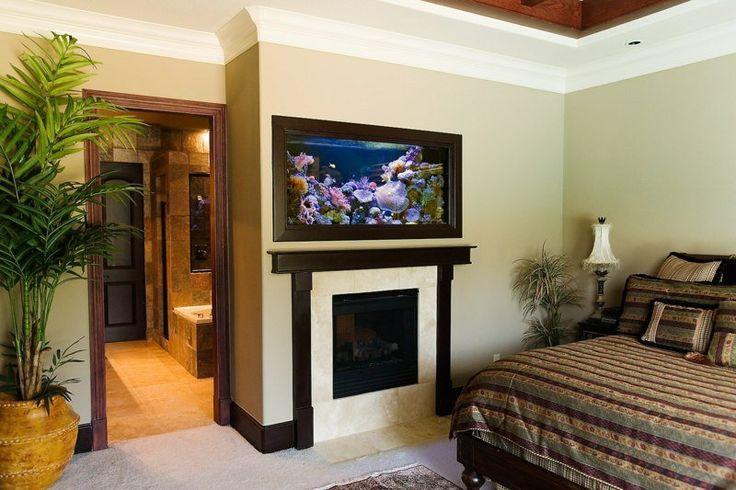 chambre à coucher avec cheminée et aquarium original au-dessus de la cheminée