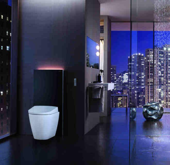Med lys opp langs veggen og dusjtoalett, er Geberit sine toaletter og toalettmoduler perfekte i det moderne baderommet. Her ser vi Geberit AquaClean Sela og Geberit Monolith Plus.