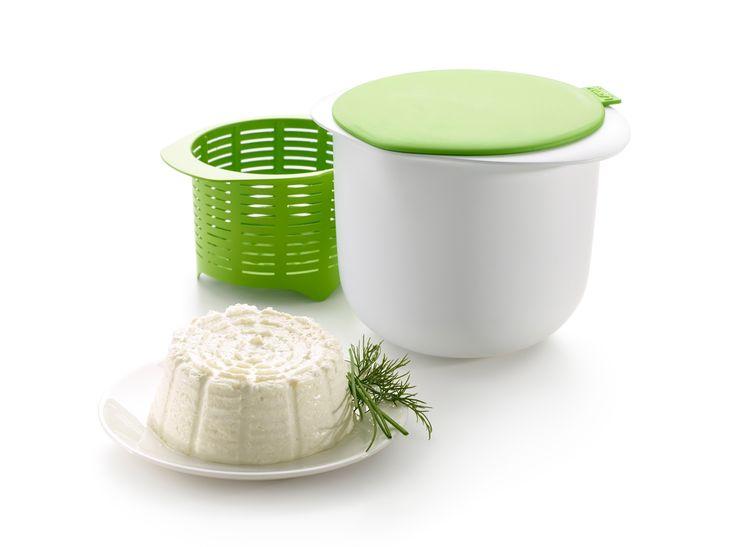 ¡Haz tu propio queso fresco en casa!Con Cheese Maker de Lékué puedes hacer queso fresco en un proceso sencillo de cocción al microondas, gracias a sus tres elementos: un bol para calentar la leche, una tapa que mide el ácido a verter y un colador donde se forma el queso… ¡tan mágico como fácil!