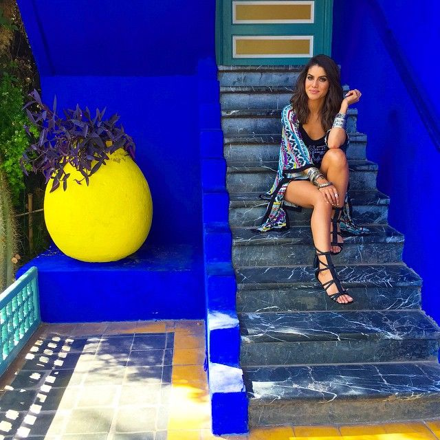 {Regram @voguebrasil ❤️ @danielafalcao1 ! } Na escada da casa de YSL que é dentro do Jardim Majorelle - o jardim fashion de Marrakesh! ------ I am in love with Jardin De Majorelle ❤️ #marrakesh @fhits @riachuelo