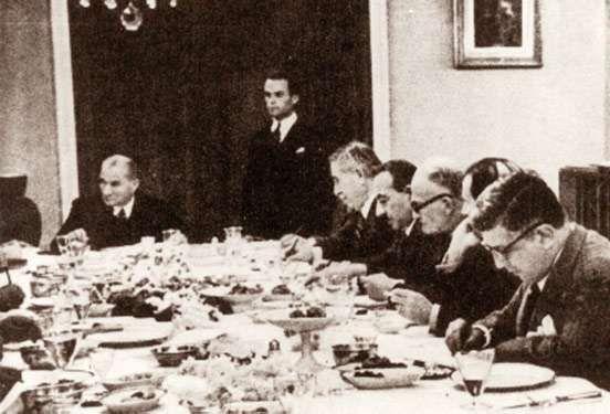 Cumhurbaşkanı Atatürk, Çankaya Köşkü'nde Türk Dil Kurumu üyeleri ile yemekte (1936)