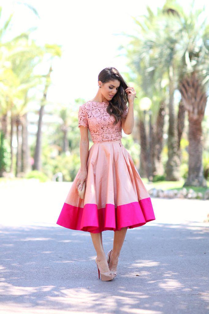 Mais um look com saia mídi da blogueira Camila Coelho. Amei a composição de tons de rosa aqui, com a saia bicolor e a blusa de renda em rosa envelhecido.