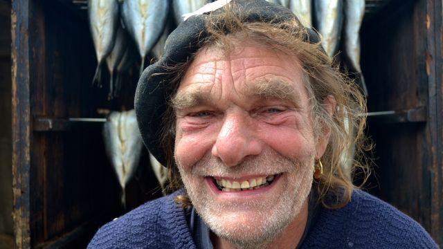 René est un fumeur de harengs  Le visage buriné comme taillé par les embruns, le Hollandais René a des allures de capitaine aux yeux bleus perçant la fumée de ses fûts. Sur le port de Vannes, ils sont toute une équipe à proposer harengs fumés ou nature.