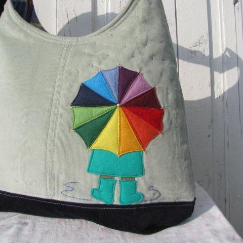 patonaifabian terméke. Kislány az esőben galambszürke színű kord pakolós táska.