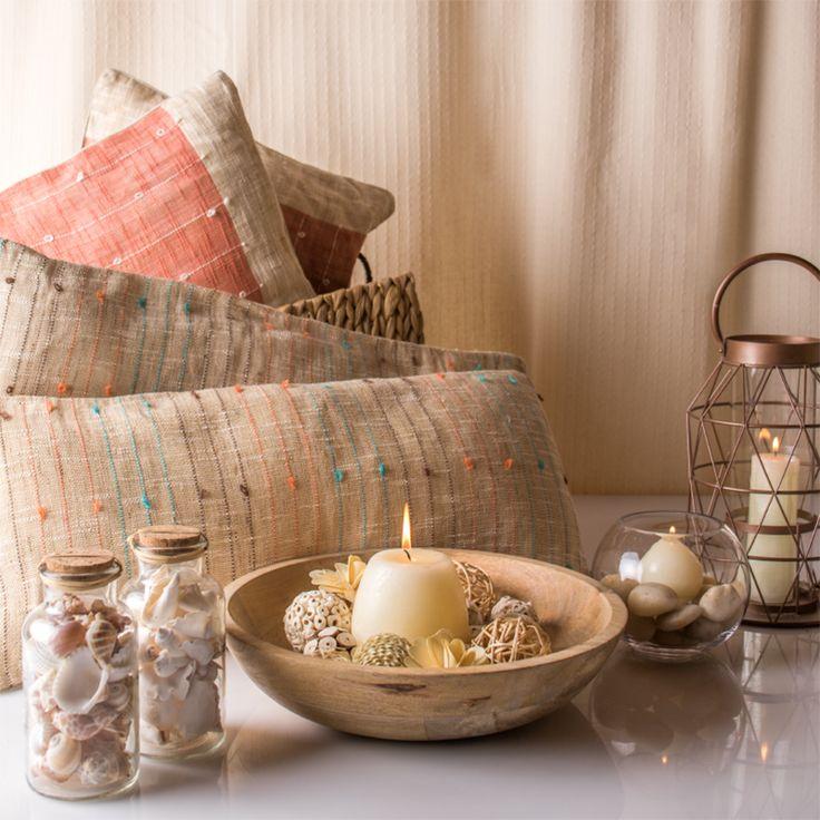 Dale un toque playero a tu casa decorando con conchitas, velas y cojines de fibra! Los colores neutros ayudan a armar ambientes relajados y acogedores. Primavera - Verano 2015