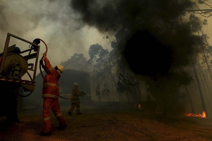 RFS firefighters protect properties near Lithgow.The Blue Mountains, NSW