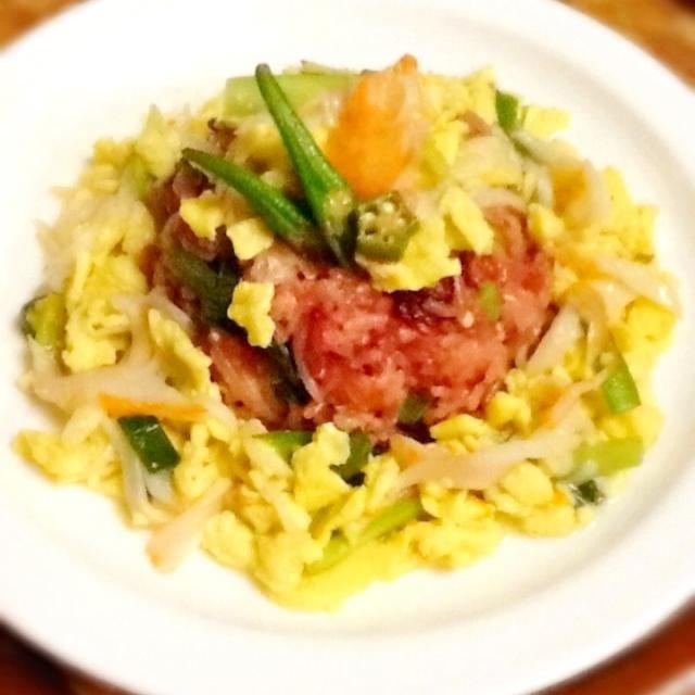 ニラ玉+かに風蒲鉾です(。´艸`。)ㅋㅋㅋ  チャーハンも野菜たっぷり、玉ねぎ、もやし、レタス、オクラ、テーブルビートを入れたよ꒰ ♡´∀`♡ ꒱ - 50件のもぐもぐ - ニラかに玉あんかけチャーハン by lilianhuang