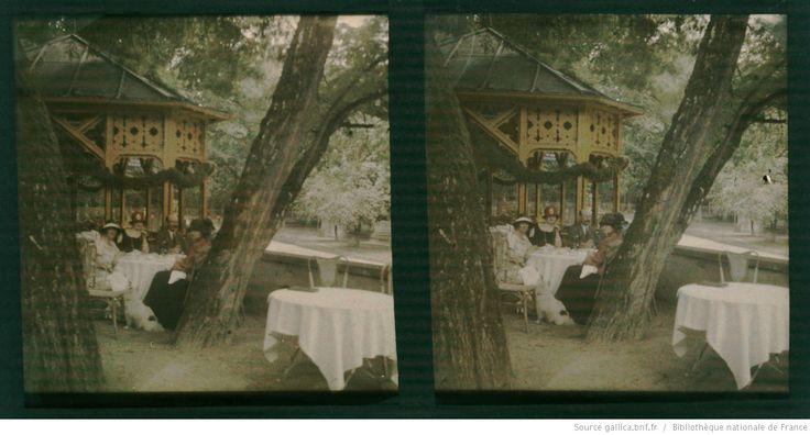 [Collation dans un restaurant en plein air, parc des Buttes-Chaumont ?] : [photographie] / [non identifié]