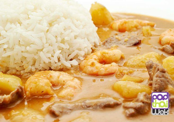 CURRY MASSAMAN CON TERNERA Y LANGOSTINOS / MASSAMAN CURRY WITH BEEF & PRAWNS ¿Sabías que... Los Currys Tailandeses son una versión mejorada del #curry hindú? Su sabor y aroma son más apreciados. En su preparación se usa la leche de #coco, #lima, #lemongrass y #galangal o jengibre azul. En Tailandia, los currys se diferencian por su color -rojo, verde, amarillo- o por sus ingredientes #massaman o #panang. + Info bit.ly/1mkcxaM bit.ly/TPKF6E
