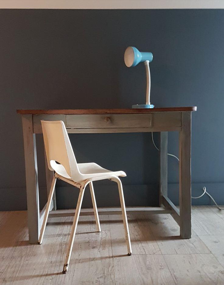 Ancien bureau d'enfant aux pieds patinés, chaise de maternelle des années 70', lampe en métal bleue. Les indispensables pour la décoration d'une chambre d'enfant