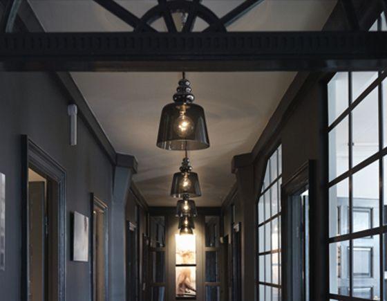 DEPOLLISH Taklampa i handblåst glas. Finns i två storlekar och i flera färger.   20 x 29 cm, 3.100 kr  33 x 39 cm, 6.100 kr