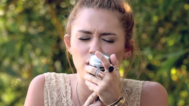 "Incredible cover. Shame she doesn't sing like this more. // Miley Cyrus - The Backyard Sessions - ""Jolene"""