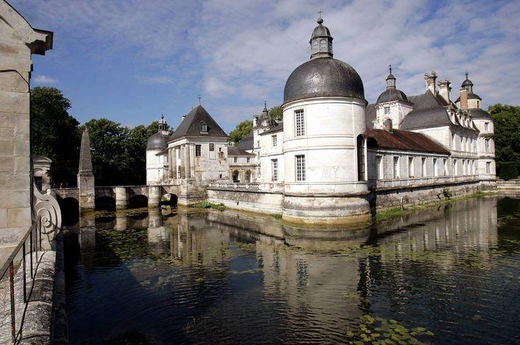 O Belo Chateau de Tanlay, Borgonha, França   O Château de Tanlay  (Yonne) é um castelo francês construído na Borgonha durante os séculos XVI e XVII, famoso por sua beleza e localização.  As paredes são de pedra calcária sob telhados de ardósia inclinados à la française, em torno de três lados de uma corte central com torres cilíndricas nos seus quatro cantos.  O castelo é totalmente cercado por seu fosso retilíneo e aproxima-se no eixo através de uma ponte marcada por obeliscos emparelhados…