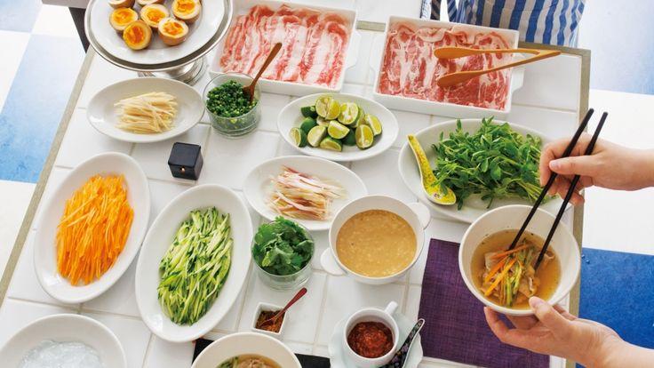 栗原 はるみさんの豚薄切り肉を使った「豚肉の夏しゃぶ」のレシピページです。味をつけたスープにくぐらせて、そのままいただきます。豚肉は氷の上で冷やしたり、熱いスープをかけたりと、お好みの食べ方で楽しんで。 材料: 豚薄切り肉、にんじん、きゅうり、豆苗(トーミョー)、しょうが、みょうが、A、ごまだれ、すだち、豆板醤(トーバンジャン)、七味とうがらし、細ねぎ、香菜(シャンツァイ)、黒酢しょうゆ卵、塩