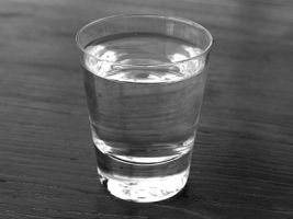 Stres yönetimi konusunda verilen derste öğretmen su dolu bir bardağı kaldırıp öğrencilerine sordu;  - Bu su dolu bardağın ağırlığı ne kadardır?  Öğrenciler, 200 gr ile 400 gr arasında diye cevap verdiler. Öğretmen cevaplar üzerine dedi ki;