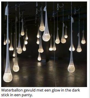 Leuk idee voor een tuinfeest! Waterballonnen met daarin een breeklichtje in een panty