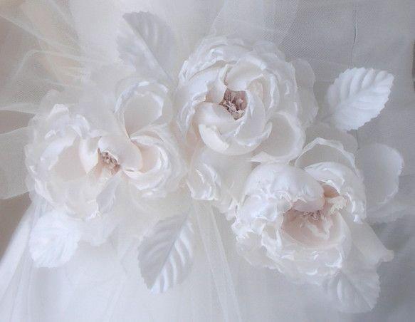 バラのバックコサージュ薄っすらピンクの可愛らしいバラです ドレスのバックスタイルをより美しく演出します花びら1枚、1枚手ごての手作りです*チュールは付属しませ...|ハンドメイド、手作り、手仕事品の通販・販売・購入ならCreema。