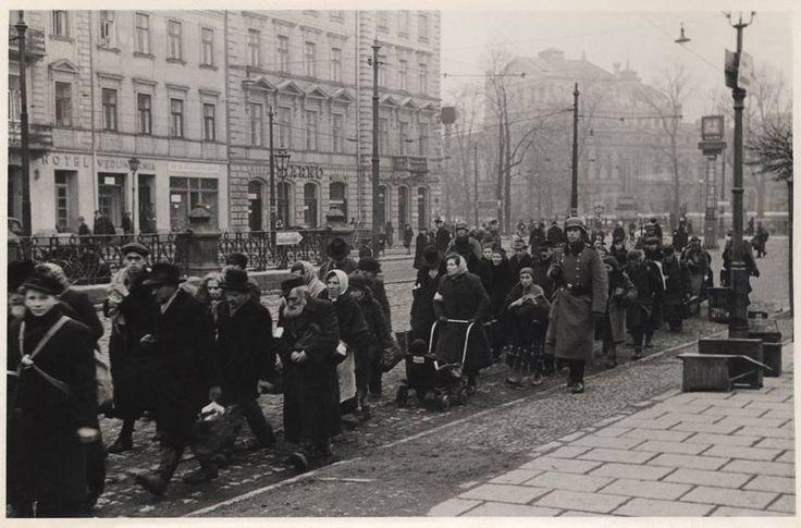 Fot. ze zbiorów Archiwum Narodowego w Krakowie zdjęcie zrobione przy przystanku tramwajowym Dworzec Główny,skrzyżowanie dzisiejszych ulic Lubicz,Basztowej i Westerplatte
