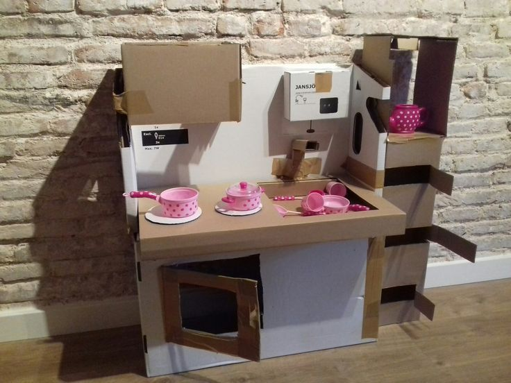Cuineta feta només amb la caixa de la làmpara hektar de ikea,  cinta adhesiva  i caixeta jansjö pel microones. Per Elena. Ikea hack.
