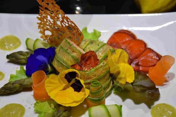 Piccoli astici trasformati in un delizioso roll con asparagi croccanti, verdurine e  misticanza