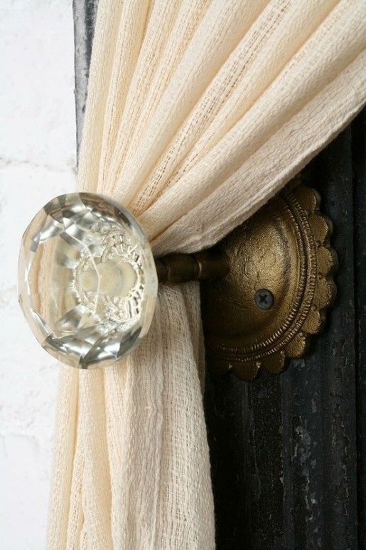 Smart Idea: Upcycle vintage door knobs for your curtainsCurtain Tie Backs, Curtains Holders, Doors Knobs, Door Knobs, Doorknobs, Glasses Doors, Old Doors, Curtains Ties Back, Vintage Doors
